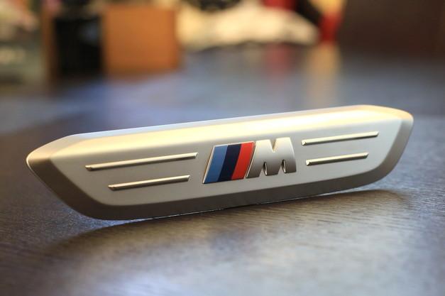 Studie+KOBE- BMW X3 X4 M Emblem.JPG